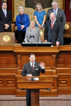 Rep. Rafael Anchia of Dallas presents a resolution honoring Suzii Paynter on the floor of the Texas House of Representatives.